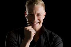 Portrait discret d'homme joyeux regardant directement. Image stock