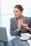Portrait of a doubtful businesswoman taking notes Royalty Free Stock Photos
