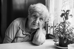 Portrait douloureux plus âgé de femme dans la cuisine Photo libre de droits