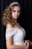 Portrait doux d'une belle jeune mariée heureuse mignonne avec un maquillage lumineux de fête de belle coiffure dans une robe de m Image libre de droits