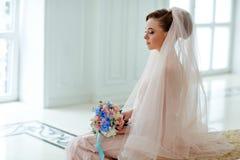 Portrait doux et sensuel de blonde très belle de jeune mariée de filles dedans Photographie stock libre de droits