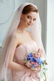 Portrait doux et sensuel de blonde très belle de jeune mariée de filles dedans Photo stock
