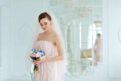 Portrait doux et sensuel de blonde très belle de jeune mariée de filles dedans Photographie stock