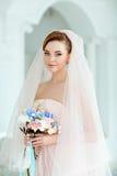 Portrait doux et sensuel de blonde très belle de jeune mariée de filles dedans Image stock