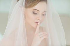 Portrait doux et sensuel de blonde très belle de jeune mariée de filles dedans Photos stock