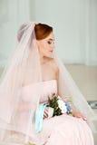 Portrait doux et sensuel de blonde très belle de jeune mariée de filles dedans Images libres de droits