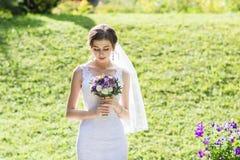Portrait doux et sensuel de jeune mariée très belle Images stock