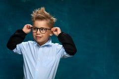 Portrait drôle de petit enfant avec des lunettes photographie stock
