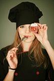Portrait drôle d'une cuisinière joyeuse de dame Image libre de droits