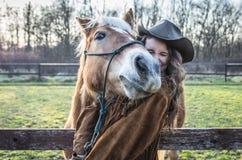 Portrait drôle d'une fille avec un cheval Photos stock