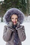 Portrait drôle de belle femme sur la promenade d'hiver Image libre de droits