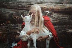Portrait drôle de femme blonde et de sa chèvre Photographie stock libre de droits