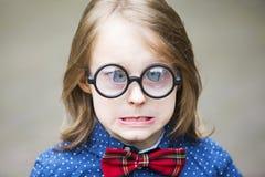 Portrait drôle de garçon blond avec les verres énormes photos libres de droits