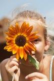 Portrait drôle de jeune fille avec la fleur Photographie stock