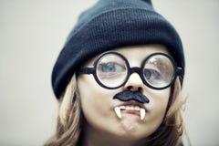 Portrait drôle de jeune garçon avec de grands verres, fausses dents et mus images libres de droits