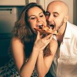 Portrait drôle des ajouter de beauté à la pizza Photo stock