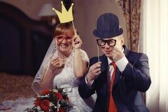 Portrait drôle des jeunes mariés Image libre de droits