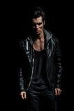 Portrait dramatique d'un jeune homme dans la veste en cuir Image libre de droits