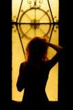 Portrait dramatique d'une femme avec du charme dans l'obscurité Femelle rêveuse Images stock