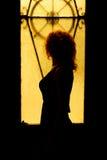 Portrait dramatique d'une femme avec du charme dans l'obscurité Femelle rêveuse Photo libre de droits