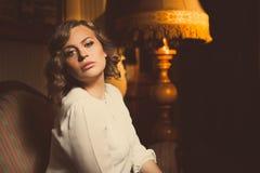 Portrait dramatique de femme blonde attirante dans la chambre luxueuse Femme noir de beau film Belle femme innocente sensuel Photo stock