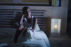 Portrait dramatique de mode de vie de jeune femme américaine d'africain noir triste et déprimé sur l'insomnie de souffrance sans  photographie stock libre de droits