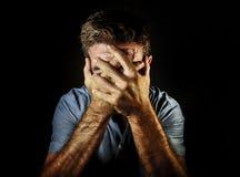 Portrait dramatique de visage triste et déprimé de bâche d'homme avec la dépression et douleur de souffrance désespérées pleurant photo stock