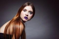 Portrait droit de maquillage de cheveux de femme long Image libre de droits