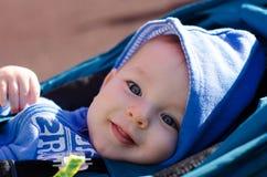 Portrait du bébé aux yeux bleus mignon extérieur Images libres de droits