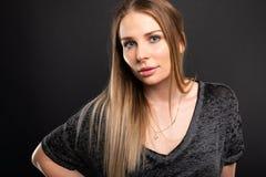 Portrait du beau modèle femelle posant la chemise noire de port photos stock