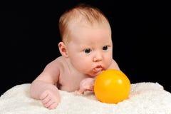 Portrait du beau petit bébé avec l'orange photos stock