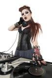 Portrait du beau punk DJ avec l'équipement de mélange de bruit au-dessus du fond blanc Images libres de droits