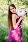 Portrait du bouquet luxueux de mariage de demoiselle d'honneur des pivoines et des fleurs se tenant à la cérémonie dans le jardin Photographie stock libre de droits