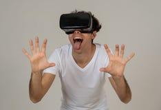 Portrait du casque de port gai et choqu? de r?alit? virtuelle de jeune homme explorant le monde 3D photographie stock libre de droits