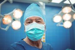 Portrait du chirurgien masculin portant le théâtre en fonction de masque chirurgical Photographie stock libre de droits
