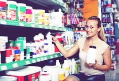 Portrait du client de femelle adulte prenant la bouteille image stock