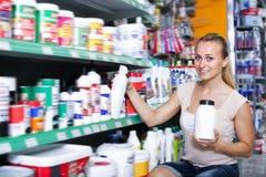 Portrait du client féminin heureux prenant la bouteille image stock