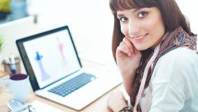 Portrait du couturier féminin attirant s'asseyant au bureau Photos libres de droits