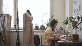 Portrait du couturier féminin, qui apprécie sa communication en ligne clips vidéos
