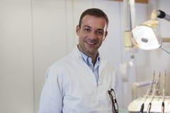 Portrait du dentiste caucasien heureux souriant à l'appareil-photo Photo libre de droits