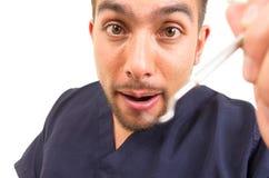 Portrait du dentiste masculin prêt à examiner le regard photo libre de droits