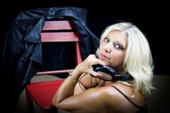 Portrait du disc-jockey blond de tango s'asseyant près d'une chaise rouge photographie stock libre de droits