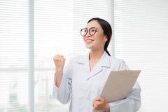 Portrait du docteur asiatique de femme se tenant à l'hôpital Photo libre de droits