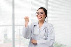 Portrait du docteur asiatique de femme se tenant à l'hôpital Photos stock