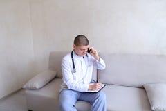 Portrait du docteur masculin responsable qui communique sur la cellule et Images stock