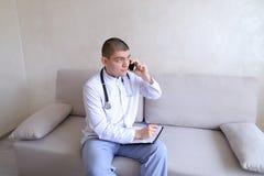 Portrait du docteur masculin responsable qui communique sur la cellule et Images libres de droits