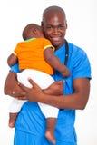 Enfant pédiatrique de docteur Photos stock