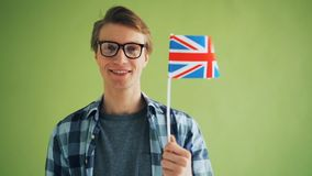Portrait du drapeau fier de participation d'Anglais de l'Angleterre souriant regardant la cam?ra banque de vidéos