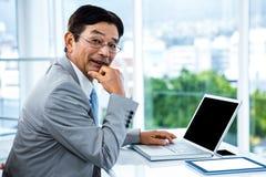 Portrait du fonctionnement d'homme d'affaires Photo stock