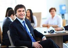 Portrait du fonctionnement de sourire d'homme d'affaires Image stock